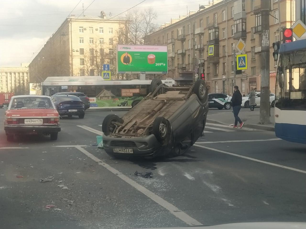 Матиз перевернулся на перекрёстке Ленинского и Варшавской. В сторону Московского пр. пробочка.