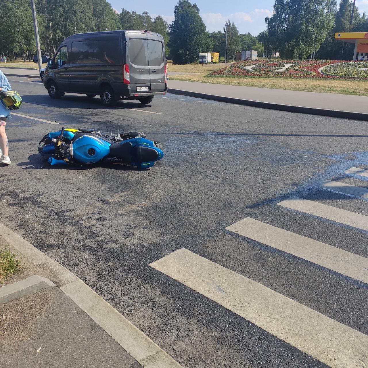 На Непокоренных разложился мотоциклист, судя по всему его сбила Audi. Мотоциклист в больнице, говор...