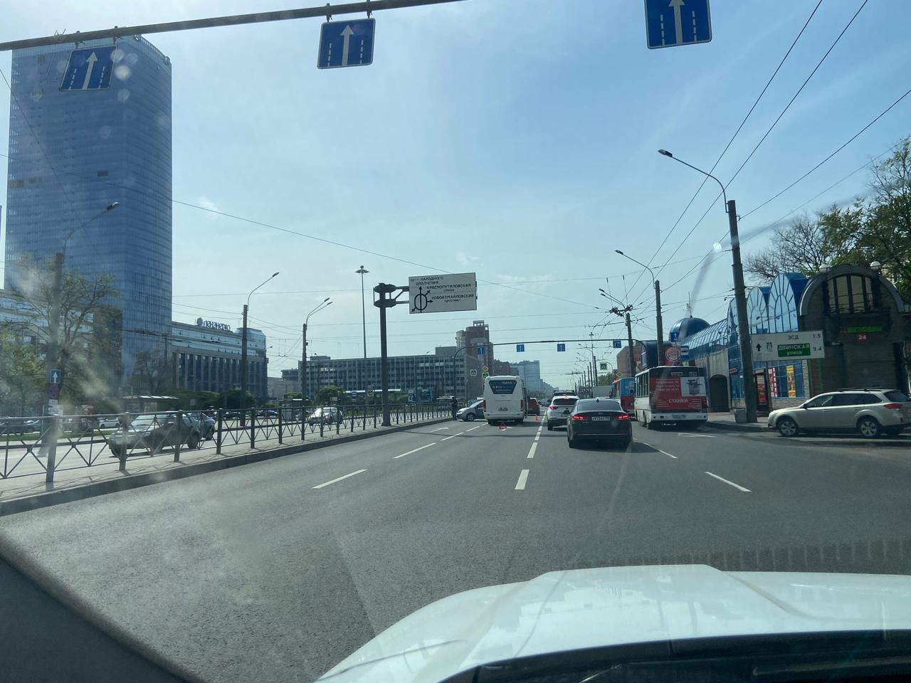 ДТП на Ленинском перед площадью Конституции в сторону Кубинской женщина на автомобиле и автобус