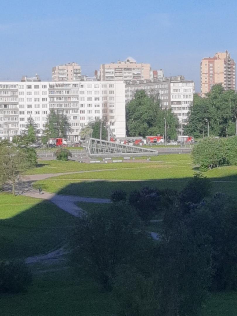 В доме 67к1 по Бухарестской, что у метро проспект Славы, на третьем этаже сгорела квартира