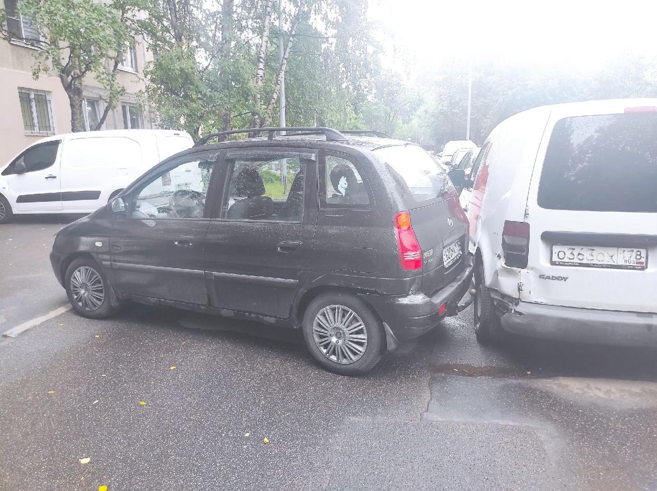 На Энгельса 143к3 Hyundai врезался в Volkswagen, и теперь мешают проезду вдоль домов.