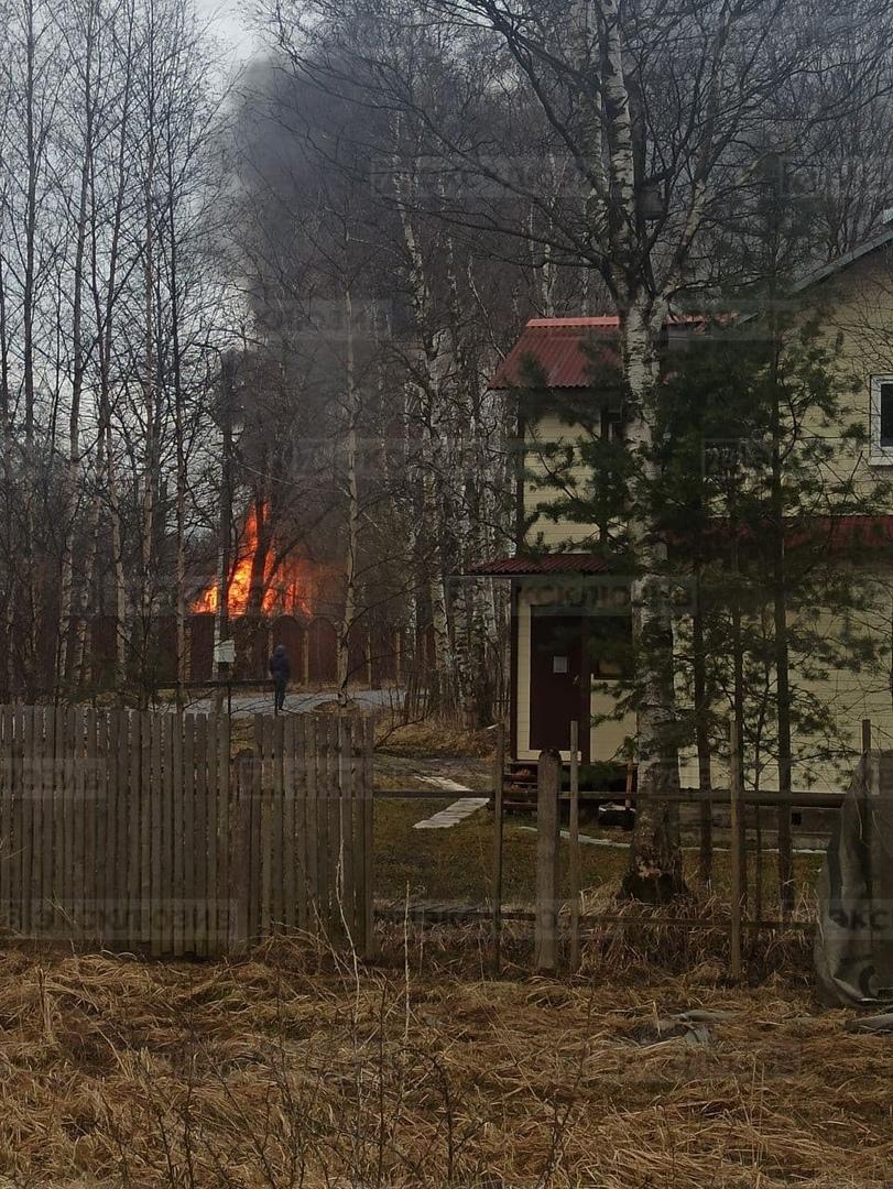 В Белоострове на Биржевой улице загорелся дом №16. Дом размером 7х7 метров. Площадь пожара уточняет...
