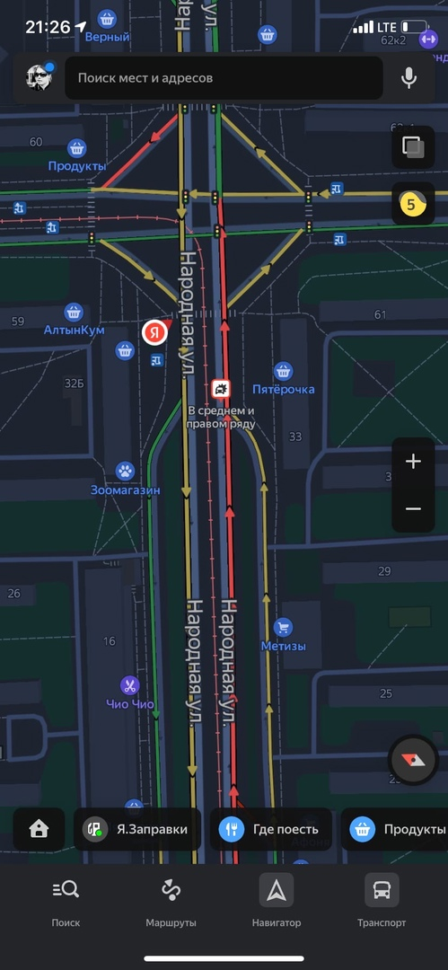 На Народной улице перед перекрестком с Дальневосточным пр. (по направлению от моста) VW и Renault не по...