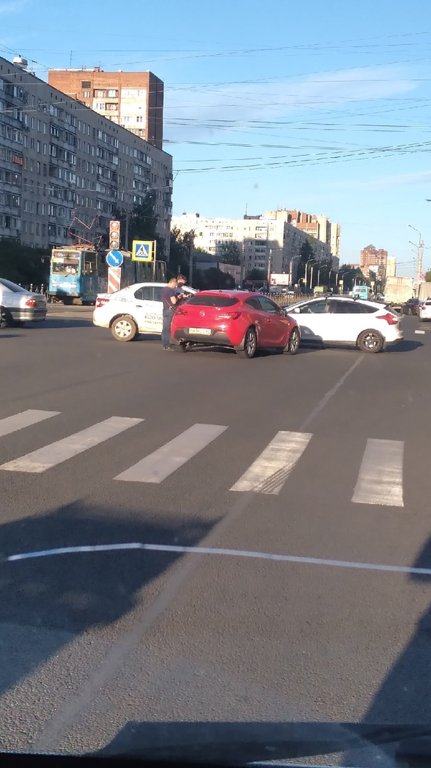 Автомобили столкнувшись заняли перекресток Есенина и Луначарского.