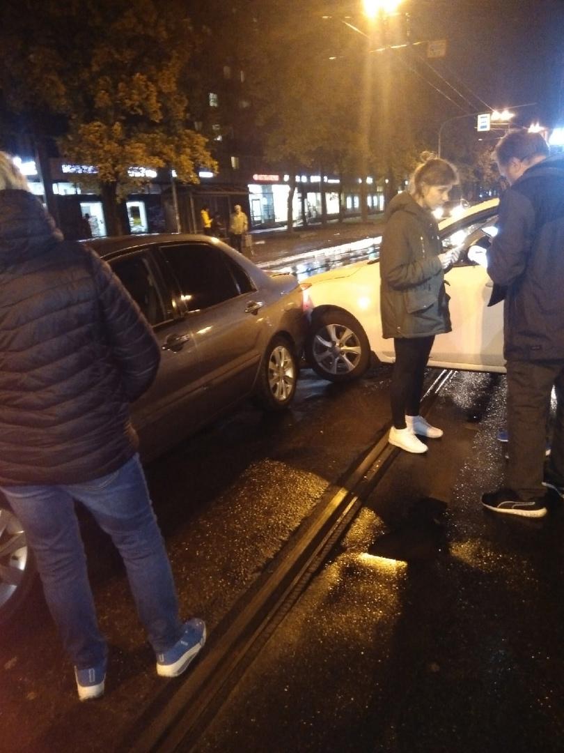 "На Науки 30 трамваи в сторону ""Академки"" стоят из-за аварии."