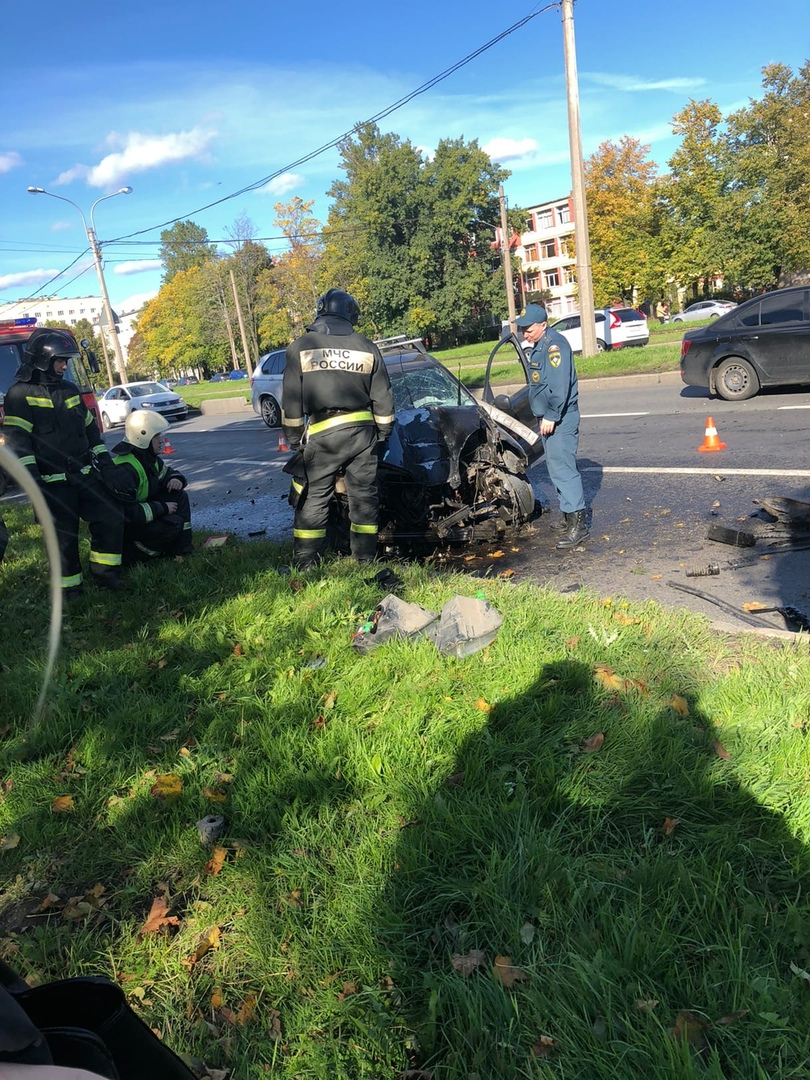Дневное ДТП на ул. Руставели, автомобиль улетел в дерево, после чего задымился.