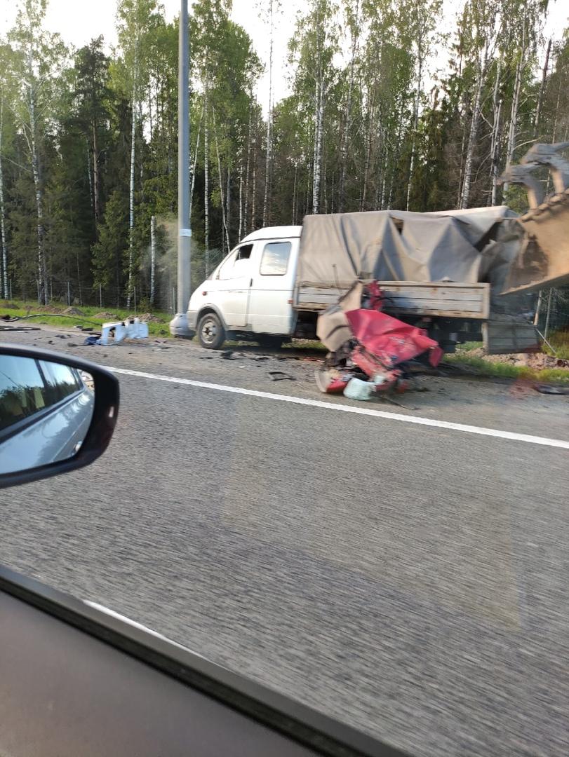 Непонятное ДТП на трассе Скандинавия (примерно 70-й км). Справа на обочине (по направлению в Выборг)...