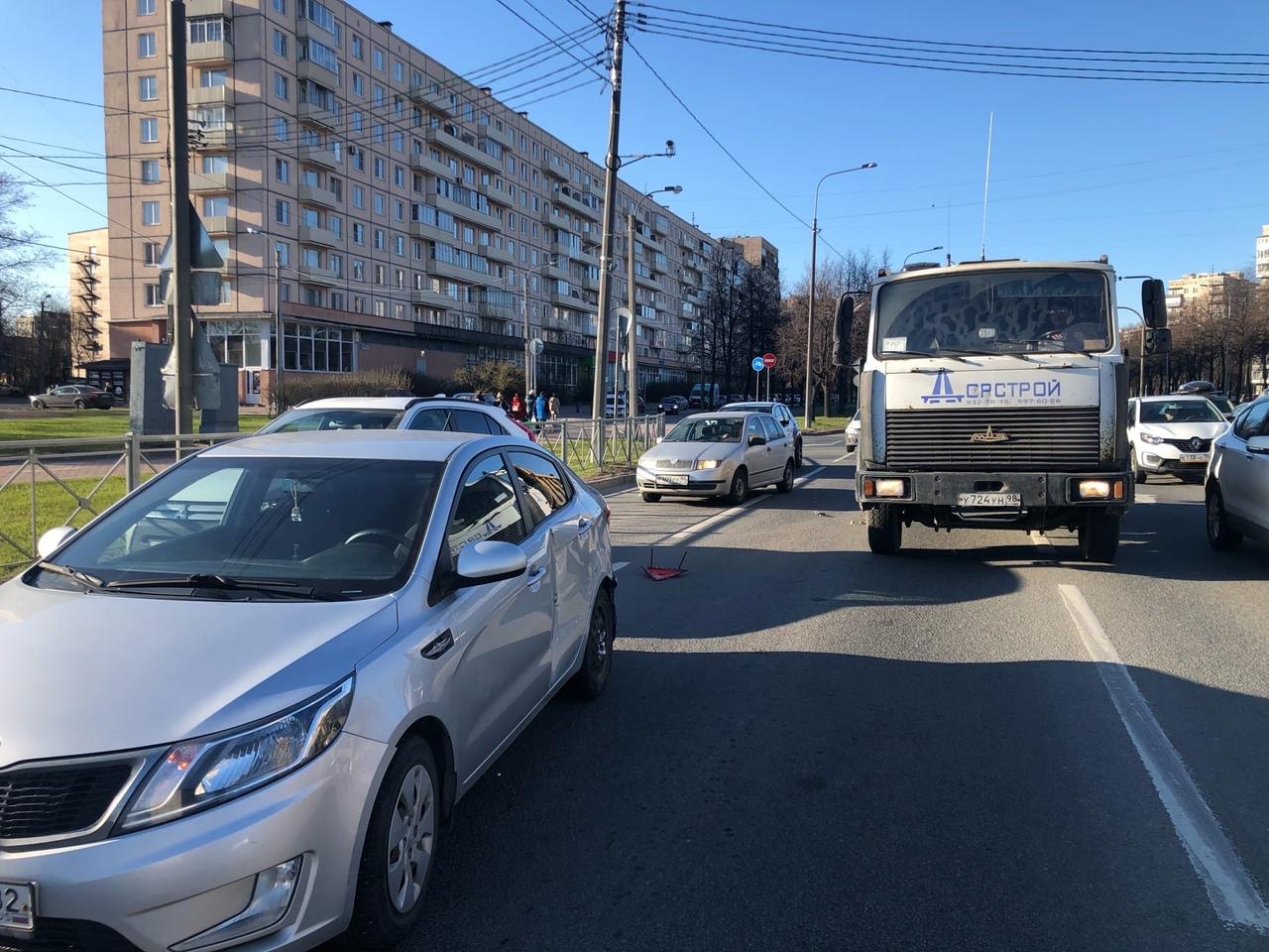 Ищу свидетелей. Сегодня в районе 18:06 на пересечении Пискаревского и Полюстровского в меня въехал ...