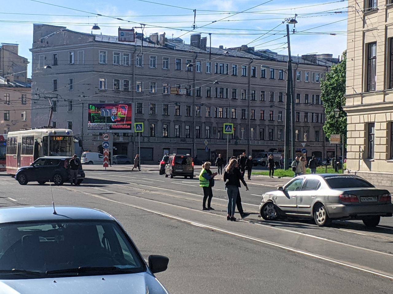 В результате ДТП на Боткинской улице, у одной легковушки вырвало колёсико.