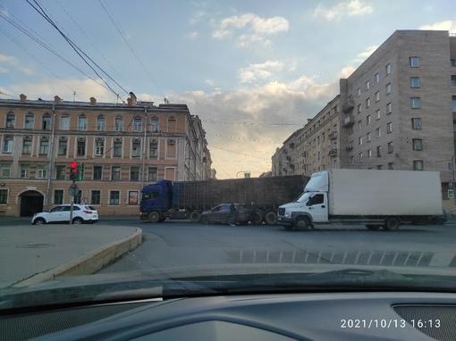 Водитель кроссовера забыл, что фура при повороте смещается к центру кривизны поворота с Предтеченско...
