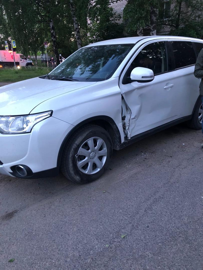 ДТП во дворе дома 18 по улице Фаворского. Въезд с ул. Бутлерова. Водитель белой машины ударил белый ...