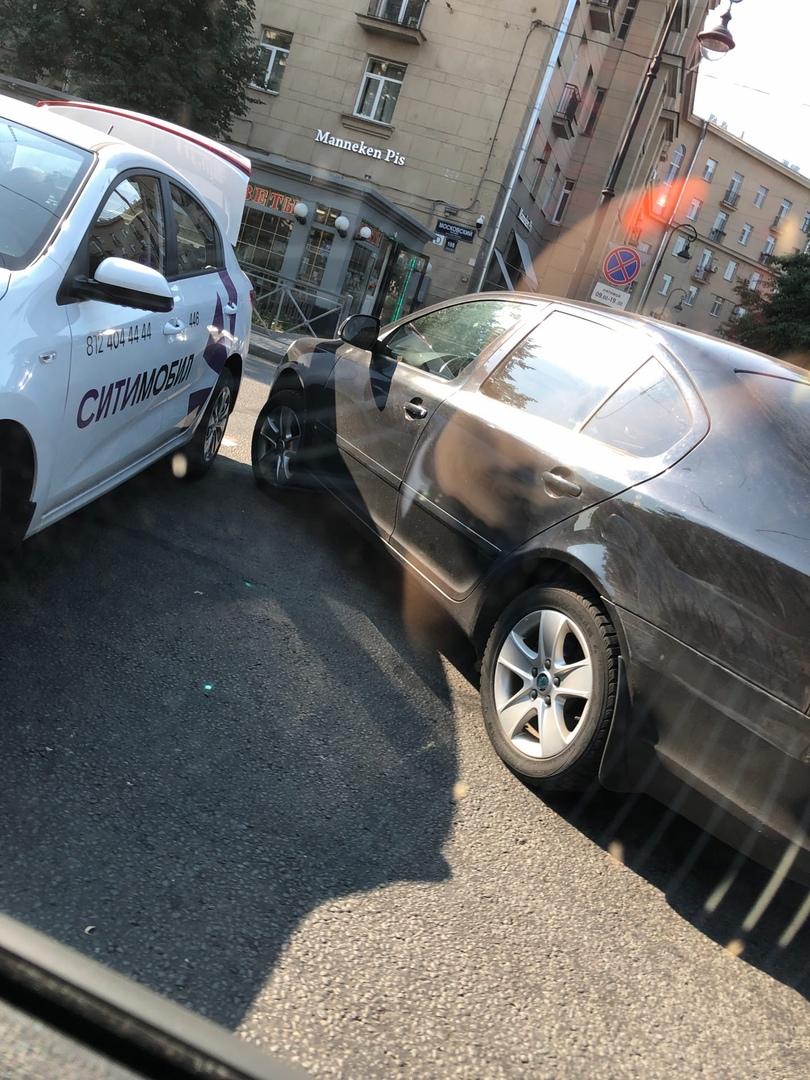 На улице Фрунзе около дома 1 столкнулись Ситибобил и Skoda . Проезд со стороны пр. Гагарина к Москов...