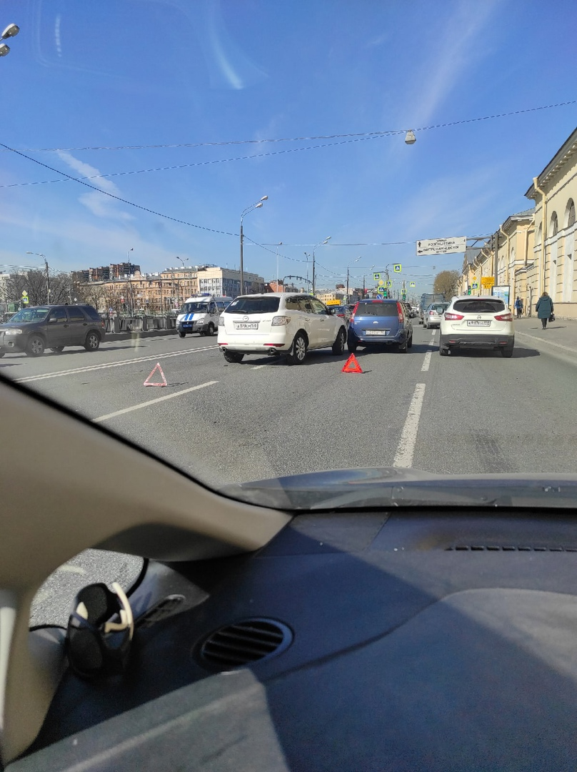 Второй день подряд ДТП на одном и том же месте набережной Обводного канала, перед Митрофаньевским.