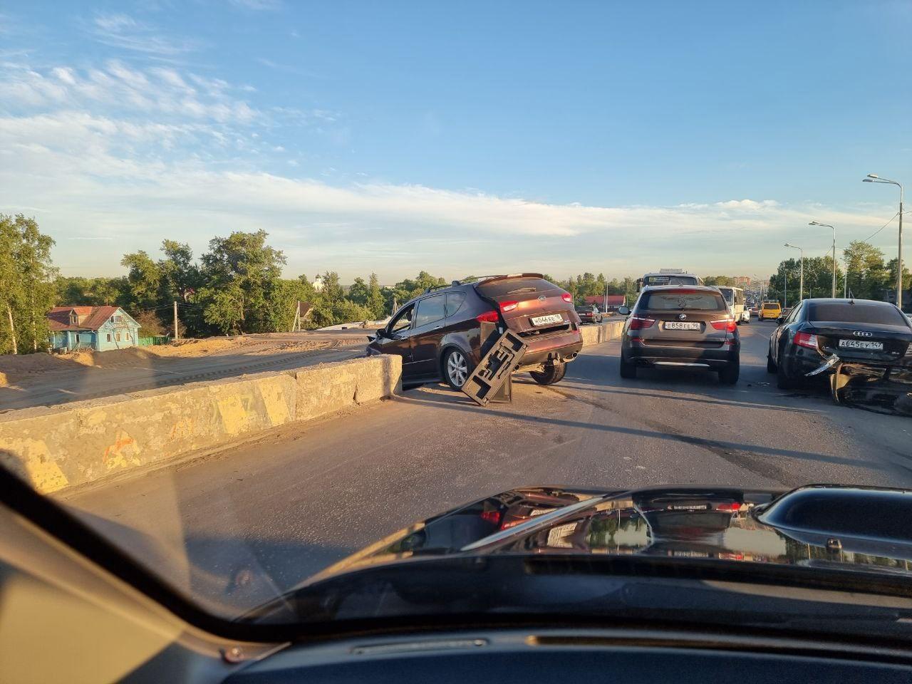 На Лиговском путепроводе столкнулись Subaru, Audi, Гетц и Mercedes В обе стороны один узкий проезд.