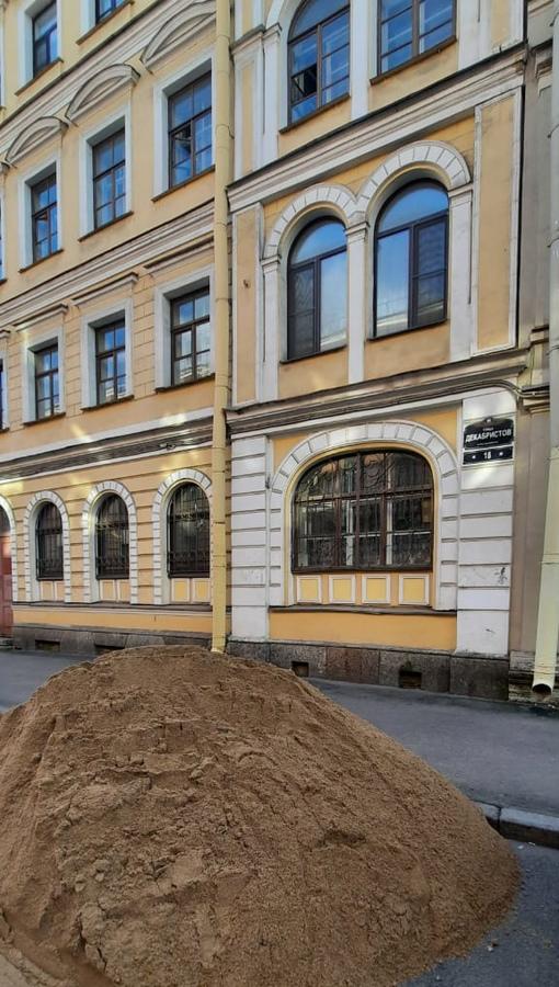 По улице Декабристов у дома 18 творят безобразие, свалили кучу песка на тротуар и проезжую часть. ...