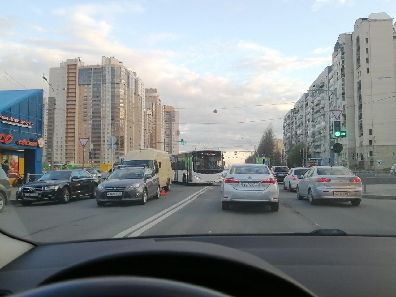 ДТП на пересечение Савушкина и Яхтенной. Там похоже инкассатор догнал форда. Проезд по встречной п...