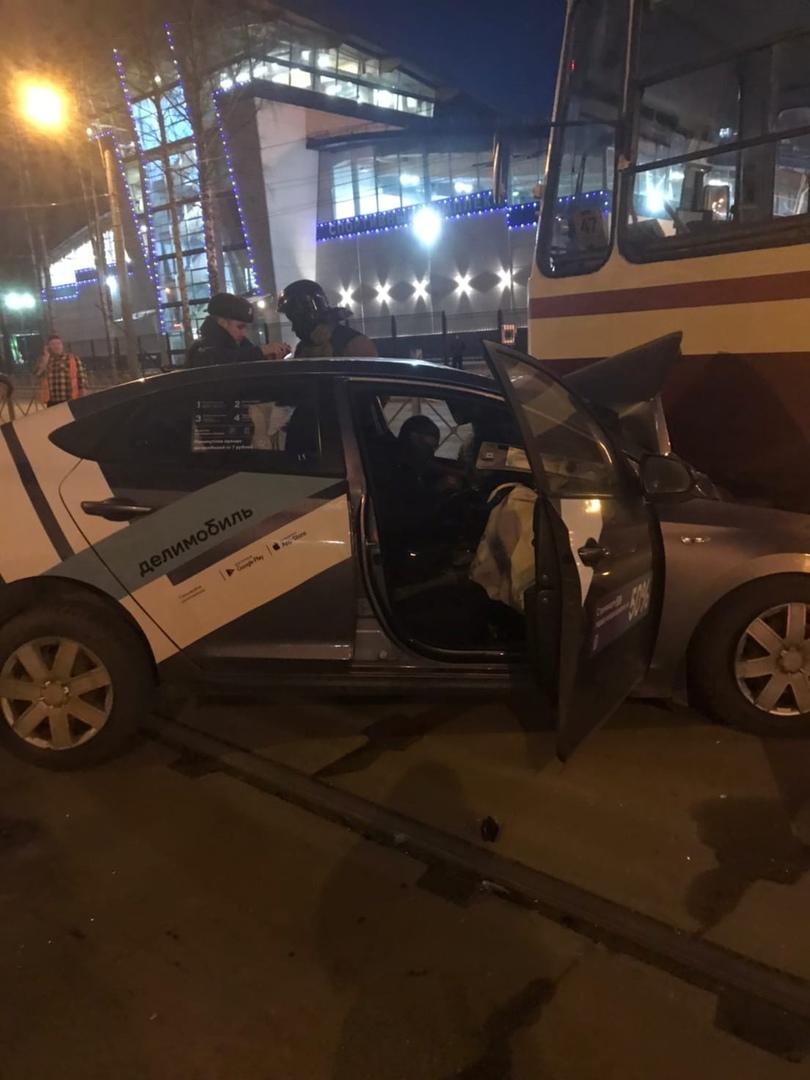 Hyundai (делимобиль) проломила ограду и врезалась в 55 трамвай на проспекте Испытателей 2 корпус 3.