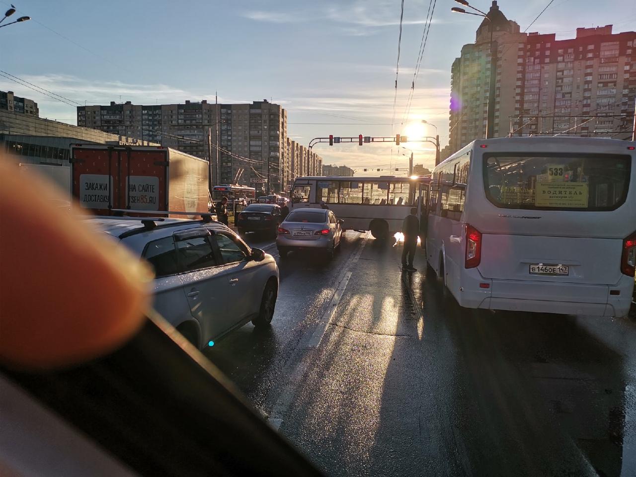 Маршрутка встала поперек проспекта Косыгина, На полосе в сторону КАД перед Наставников движение пер...