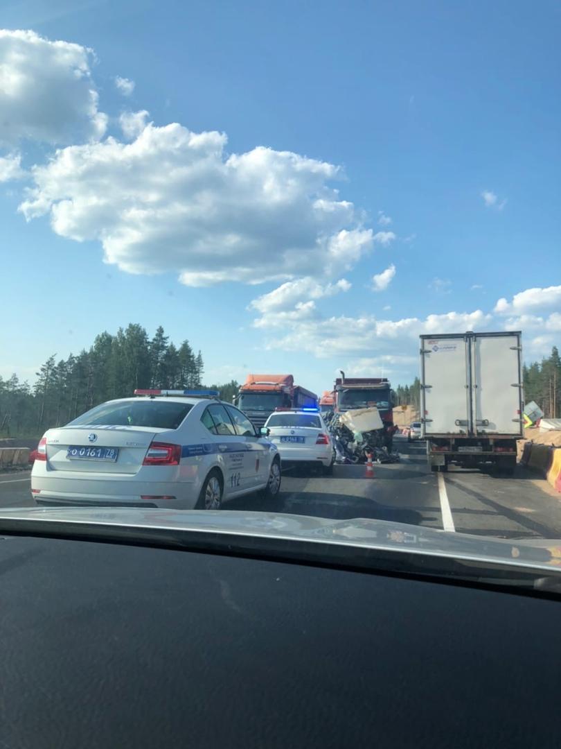 На 112 км Выборгского шоссе пробка на 1-2 км в обе стороны из-за лобового столкновение между легкову...