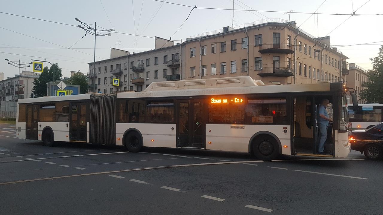 Митсубиси и автобус притерлись на пересечении Расстанной × Лиговском. Трамваи встали.