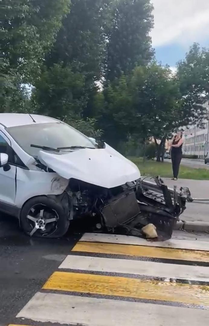 3 машины столкнулись на перекрёстке Ивана Черных и Сивкова переулка. Mercedes вылетел на скорости с ...
