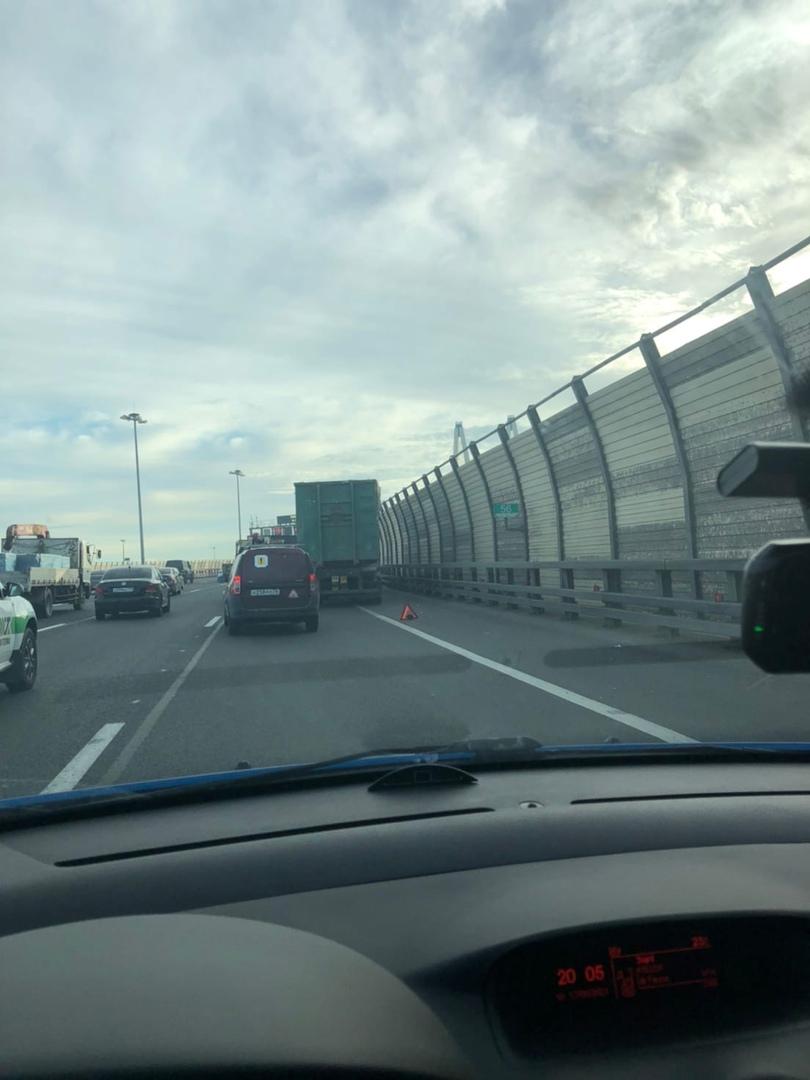 Из-за сломанного грузовика пробка на внутренней стороне КАД перед вантовым мостом.