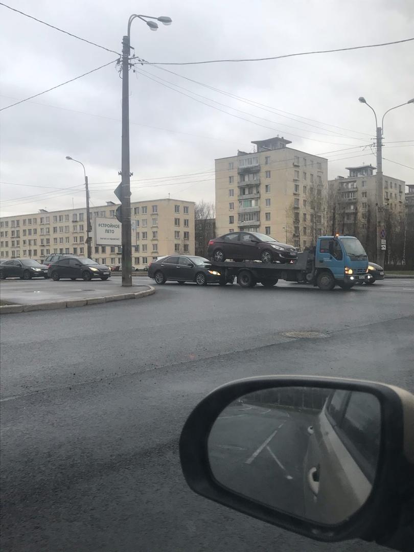 На Краснопутиловской, рядом с Червонного Казачества в 19:45. Тут всегда пробка, поэтому мешают не си...