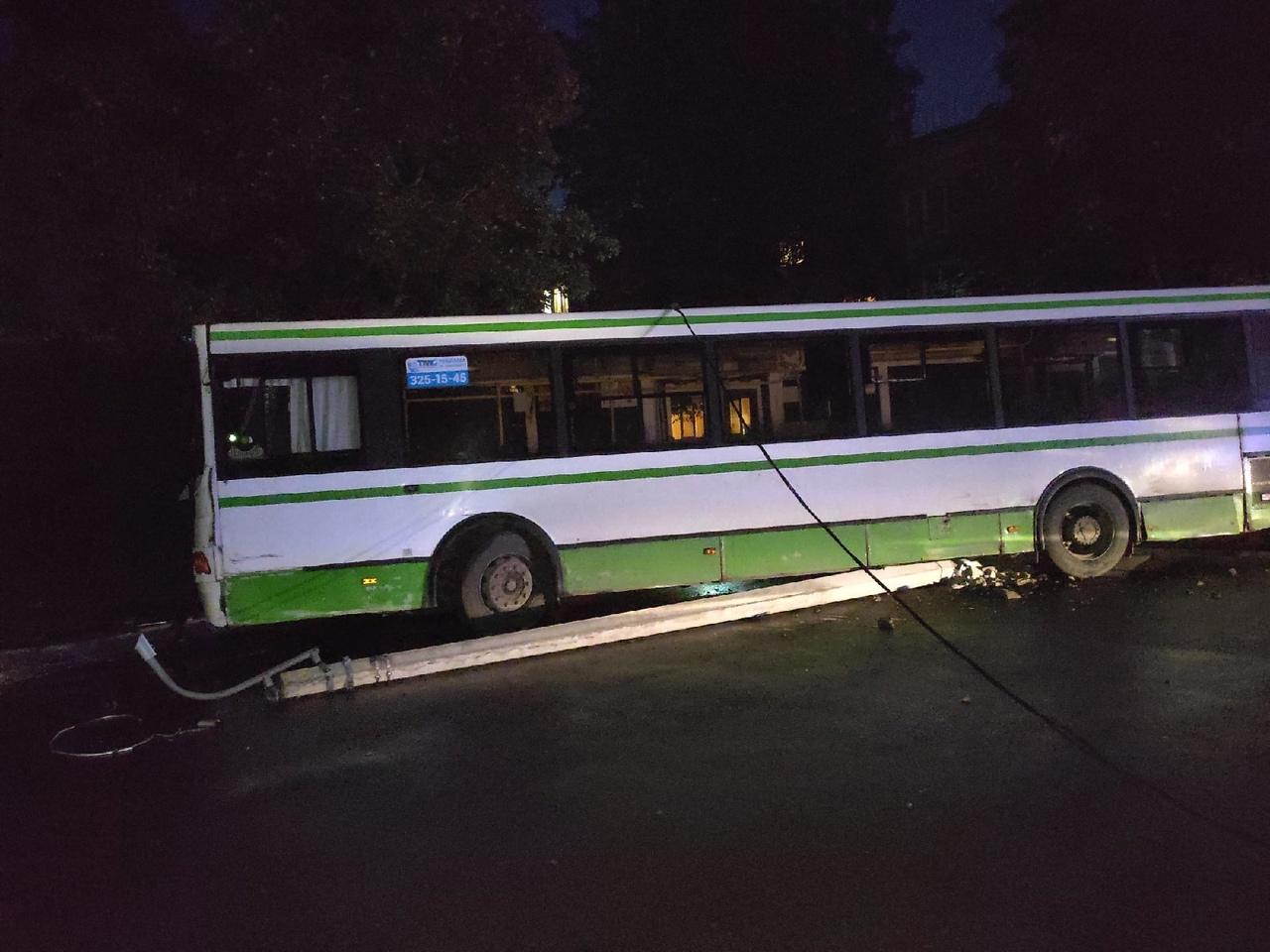 В посёлке Сапёрный Колпинского района автобус под номером 189 снёс столб второй раз в течение трёх м...