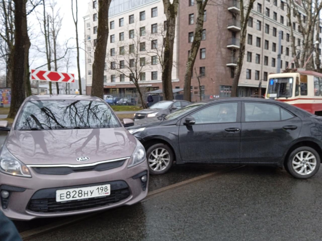 На Савушкина 104, трамваи стоят в обе стороны из-за аварии на путях.