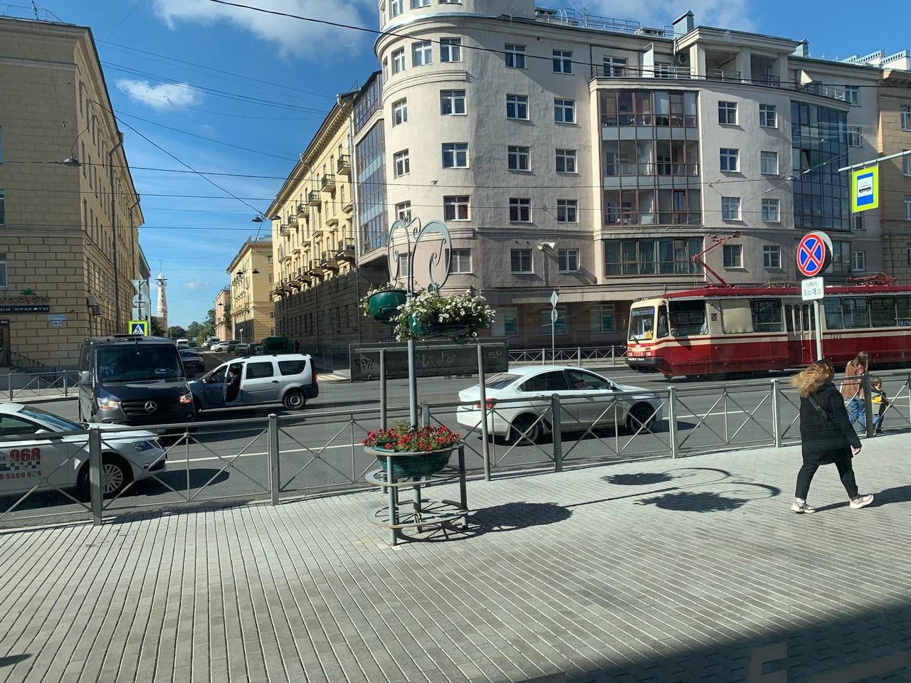 Ларгус и Mercedes столкнулись на Среднеохтинском проспекте, остановив движение трамваев.