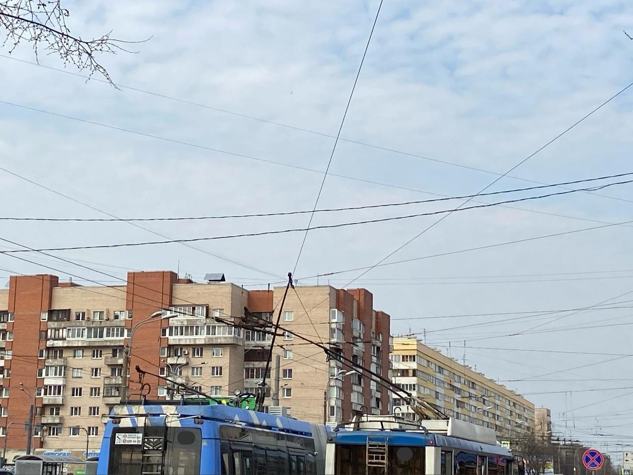 На Зины Портновой перед перекрёстком с Ленинским пр. два троллейбуса не смогли разобраться в себе и ...