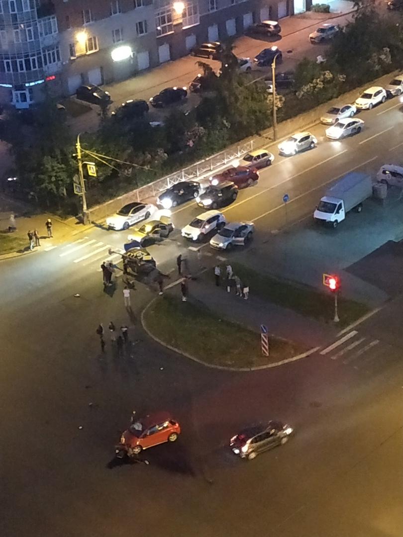 На перекрёстке к Хошимина и композиторов столкнулись Киа Ситимобил, Suzuki и Приора. Сломали светоф...