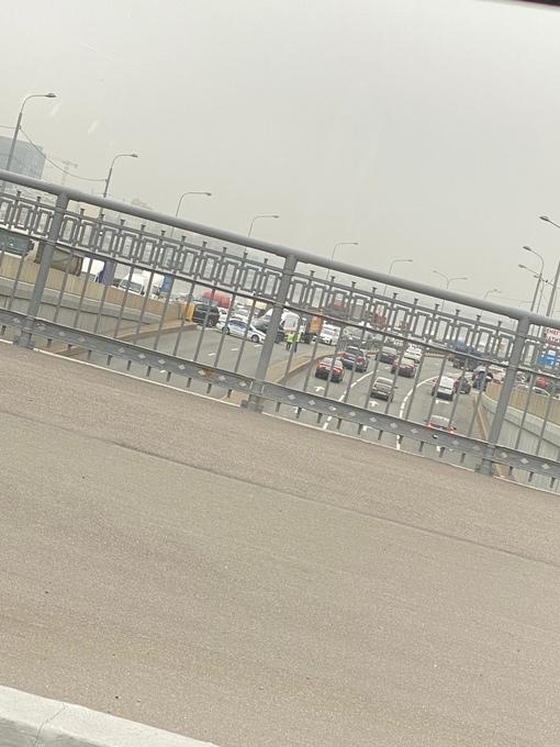 Не ДТП но судя по всему ЧП. Смольная набережная от большеохтинского моста в сторону центра перекрыта...