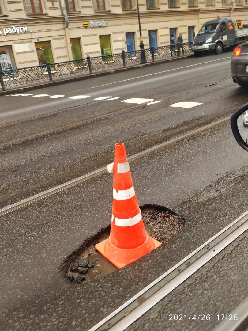 Кто-то давеча колеса упорол в этой яме на Литейном - решение проблемы оранжевое. Прям как шпиль. Лит...