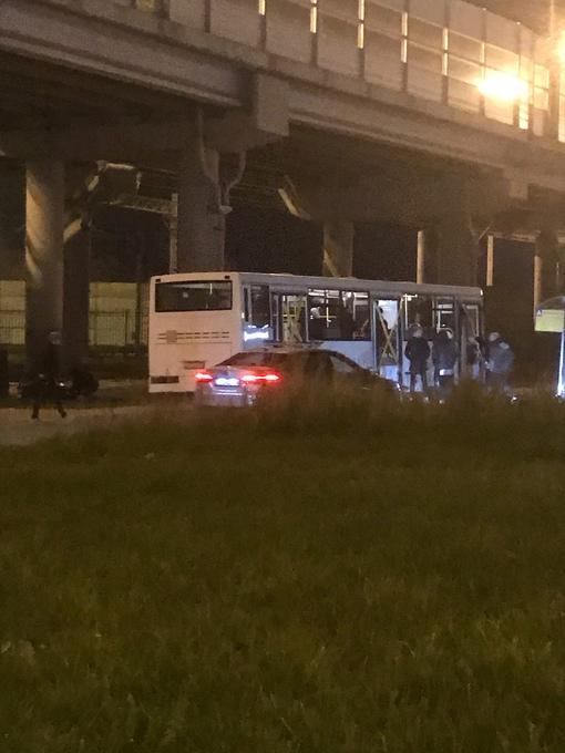 У ж/д станции Ржевка, что-то произошло. На месте следственный комитет, опечатанный автобус.