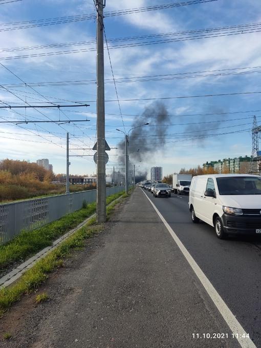 На Рябовском шоссе вспыхнул ангар