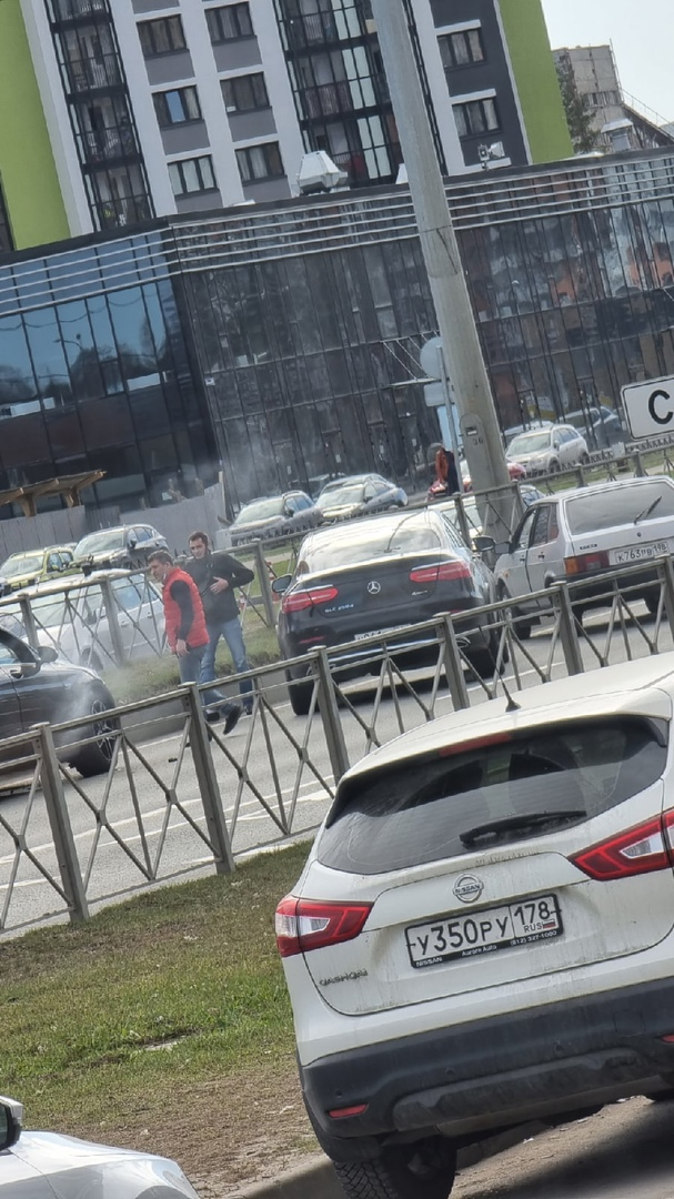 На Парашютной в сторону города, напротив дома №54, Mercedes ушел от столкновения в отбойник.