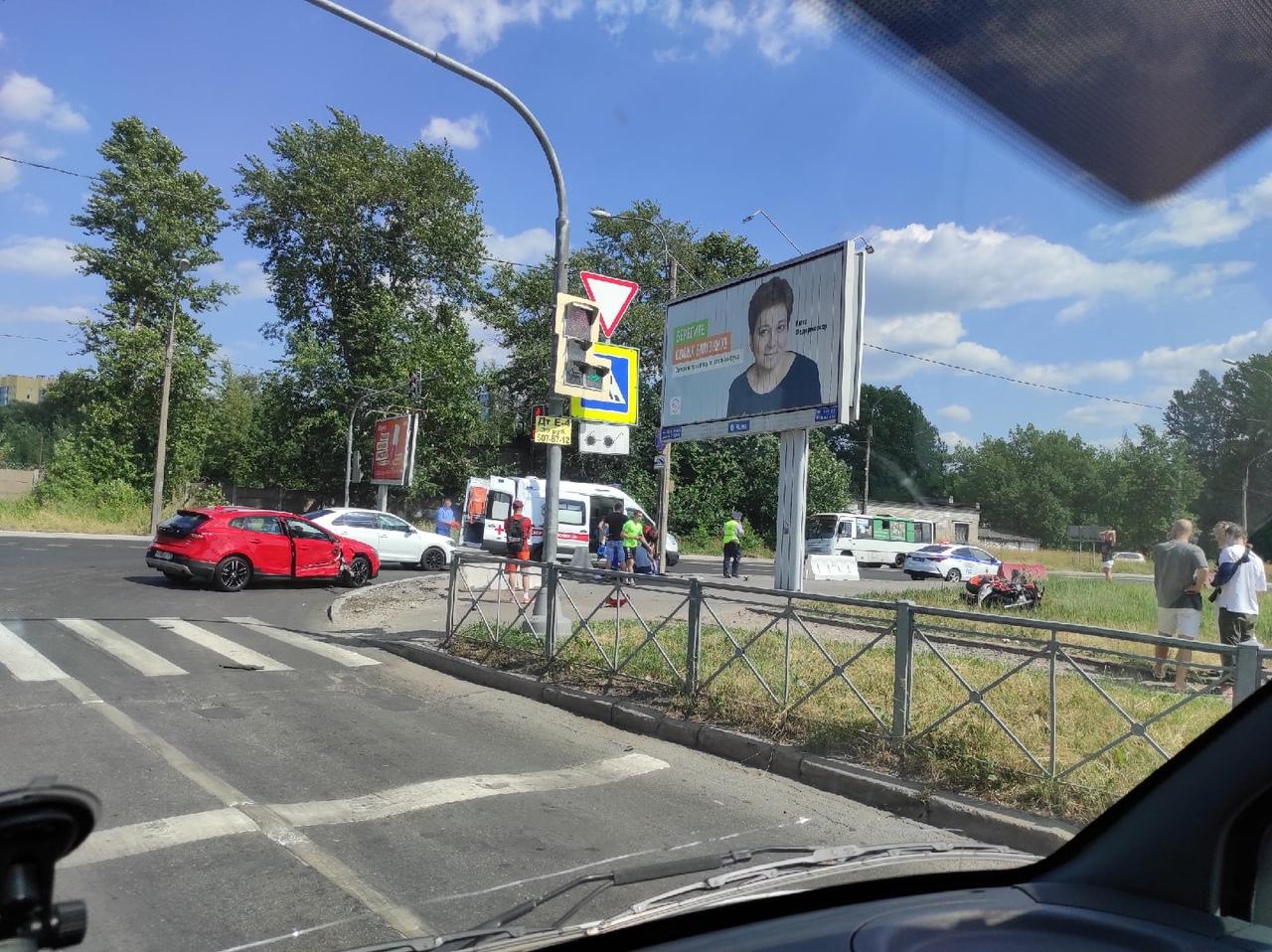 На перекрёстке Полюстровского и Новолитовской встретились мотоцикл Volvo.