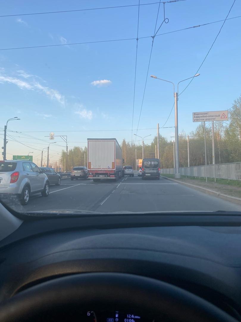 На проспекте Косыгина мужики подтвердили, что информация об аварийно-опасном участке актуальна.