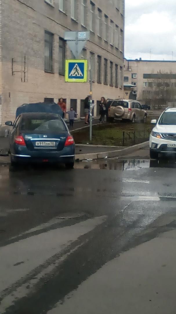 На перекрёстке Ивана черных и Сивкова переулка столкнулись Нисан и Suzuki