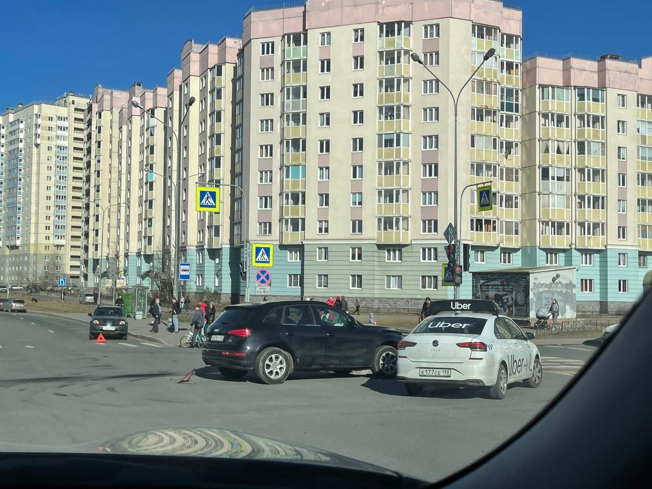 Митцу и Audi скучают в ДТП на перекрёстке Героев и Захарова