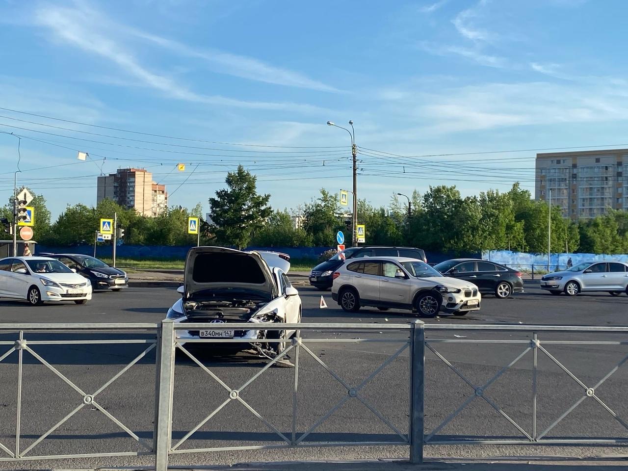 Hyundai и БМВ не разъехались на перекрестке Олеко Дундича и Бухарестской
