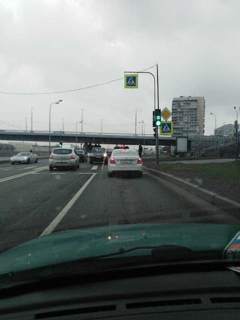 Авария на Октябрьской набережной, перед заездом на Народную улицу. Одна машина на встречной. Плотное...