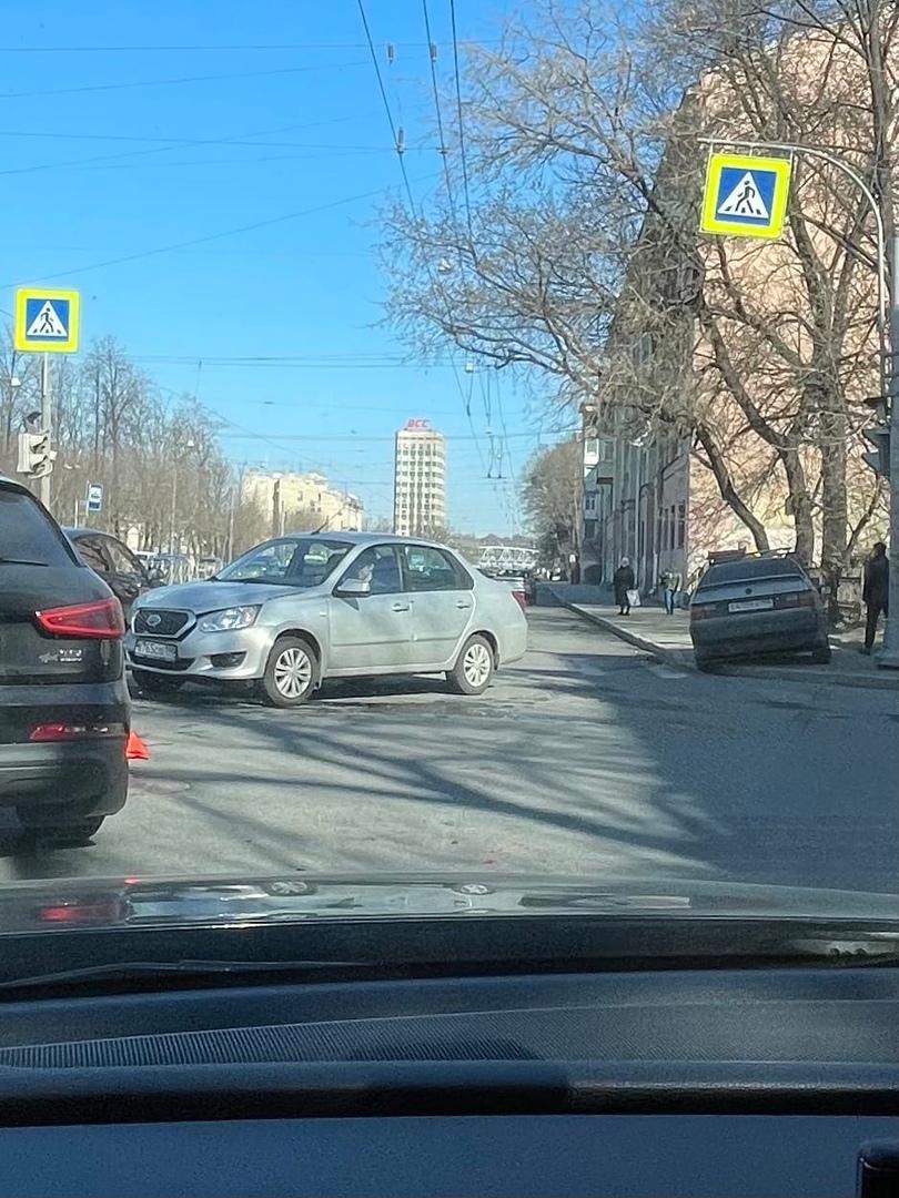 ДТП на пересечении Лесного и Александра Матросова. У Фольксвагена вырвано колесо, кроме машин сильно...