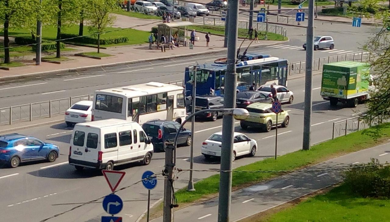 Дтп на Пискаревском проспекте перед металлистов в направлении Свердловской набережной маршрутка вле...