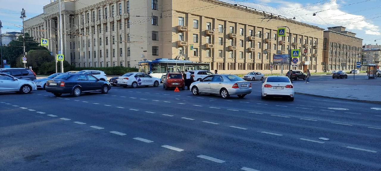 Пару часов назад на перекрёстке Московского и Благодатной ковбой на джипе не смог оседлать трамвай -...