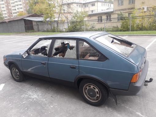 Этой ночью моему другу изувечили его автомобиль, запаркован был возле дома по адресу ул. БАБУШКИНА 8...