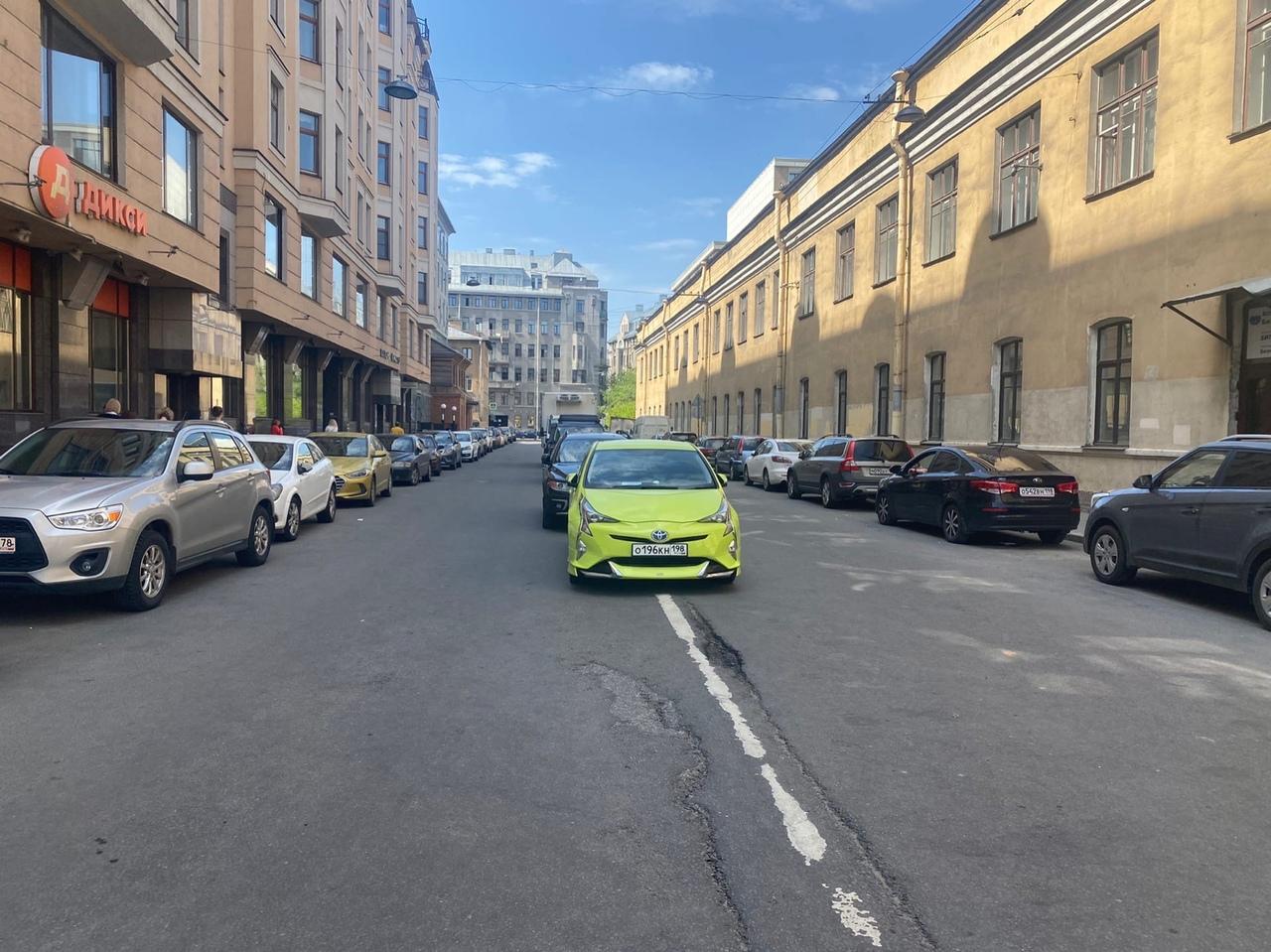 На 9-й Советской который день ад, почему-то граждане решили парковаться как попало. ГИБДД вызывали ...