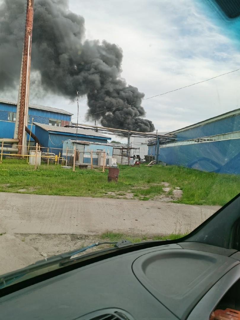 Пожар в Металострое по адресу дорога на Металлострой, 5. Горит ангар в пром зоне.