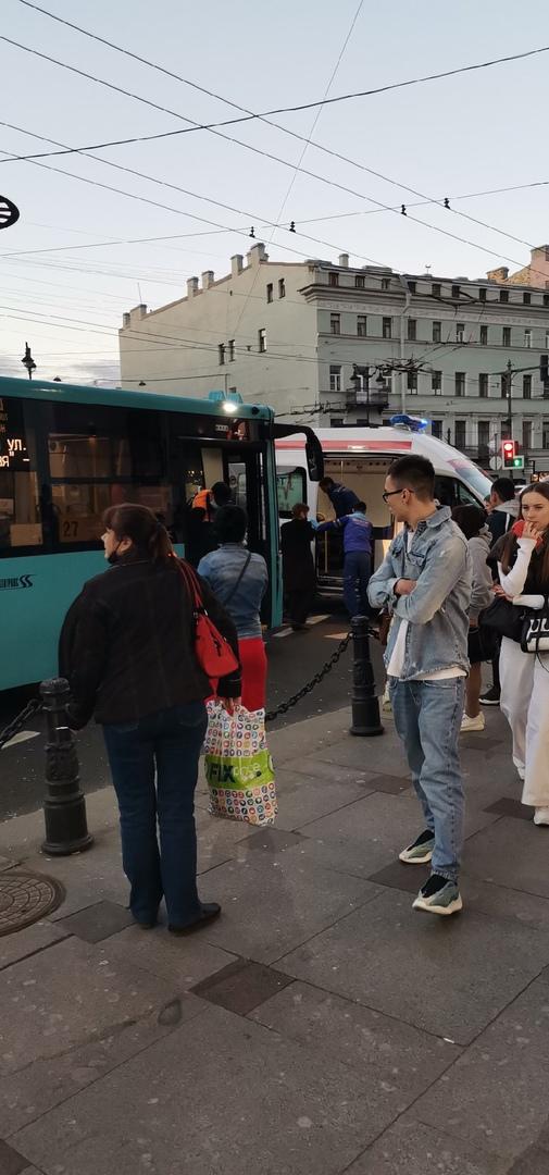 В вечернее время на пересечение Невского и Суворовского автобус сбил девушку выбежавшую на красный с...